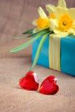 Coeurs rouges avec le cadre et les fleurs de cadeau Photographie stock libre de droits