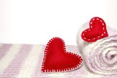 Coeurs rouges avec le rouleau de tricots de laines Photo libre de droits
