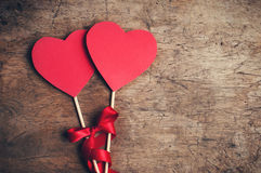 Coeurs rouges avec le ruban rouge sur la table en bois Images stock