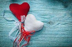 Coeurs rouges blancs avec des bandes sur le concept de vacances de conseil en bois Photographie stock libre de droits