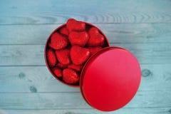 Coeurs rouges brillants dans un boîte-cadeau Photographie stock libre de droits