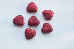 Coeurs rouges décoratifs sur le fond blanc, Photographie stock libre de droits