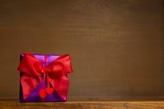 Coeurs rouges d'arc de cadeau pourpre Photos libres de droits