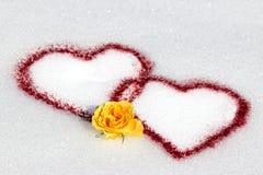 Coeurs rouges dans la neige Photo stock