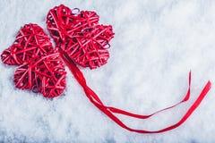 Coeurs rouges de beau vintage romantique ensemble sur un fond blanc de neige Amour et concept de jour de valentines de St Photos stock