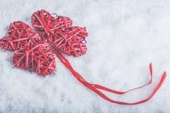 Coeurs rouges de beau vintage romantique ensemble sur un fond blanc de neige Amour et concept de jour de valentines de St Image libre de droits