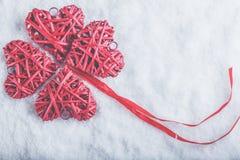 Coeurs rouges de beau vintage romantique ensemble sur un fond blanc de neige Amour et concept de jour de valentines de St Photographie stock