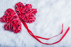 Coeurs rouges de beau vintage romantique ensemble sur un fond blanc de neige Amour et concept de jour de valentines de St Image stock