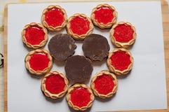 Coeurs rouges de biscuits sur le livre blanc Photo stock