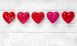 Coeurs rouges de luxe sur le fond en bois blanc Jour de valentines heureux Confettis d'amour de scintillement Images libres de droits