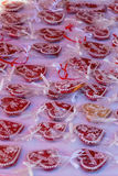 Coeurs rouges de pain d'épice en vente à un marché Image stock