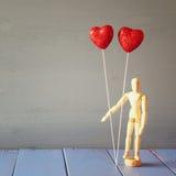 Coeurs rouges de scintillement de couples sur la table en bois Photos libres de droits