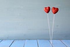 Coeurs rouges de scintillement de couples sur la table en bois Photo stock