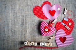 Coeurs rouges de textile de point de polka sur la toile de jute L'espace libre pour votre texte Photo libre de droits