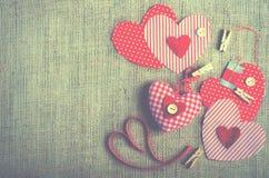 Coeurs rouges de textile de point de polka sur la toile de jute L'espace libre pour votre texte Photos stock