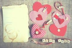 Coeurs rouges de textile de point de polka sur la toile de jute L'espace libre pour votre texte Image libre de droits