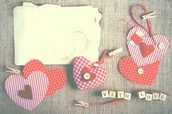 Coeurs rouges de textile de point de polka sur la toile de jute L'espace libre pour votre texte Photos libres de droits