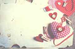 Coeurs rouges de textile de point de polka sur la toile de jute L'espace libre pour votre texte Photo stock