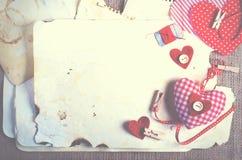 Coeurs rouges de textile de point de polka sur la toile de jute L'espace libre pour votre texte Photographie stock