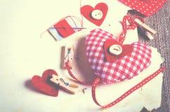 Coeurs rouges de textile de point de polka sur la toile de jute L'espace libre pour votre texte Images stock
