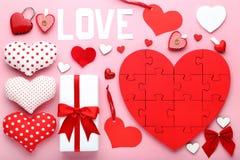 Coeurs rouges et blancs avec le boîte-cadeau Image stock