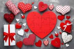 Coeurs rouges et blancs avec le boîte-cadeau Photos libres de droits