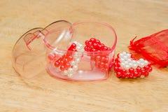 Coeurs rouges et blancs dans la boîte, coeurs de Valentine Images stock