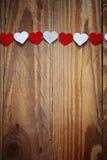 Coeurs rouges et blancs de Ppaper sur la corde à linge dessus Photo stock
