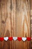 Coeurs rouges et blancs de Ppaper sur la corde à linge dessus Photographie stock