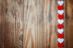 Coeurs rouges et blancs de Ppaper sur la corde à linge dessus Images stock