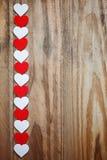 Coeurs rouges et blancs de Ppaper sur la corde à linge dessus Image libre de droits