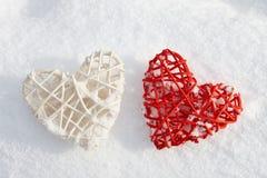 Coeurs rouges et blancs de valentine dans la neige Photo libre de droits