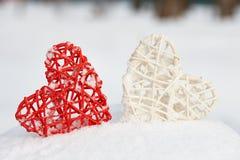 Coeurs rouges et blancs de valentine dans la neige Image libre de droits