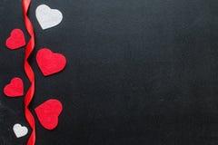 Coeurs rouges et blancs sur les conseils noirs Images libres de droits