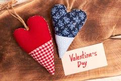 Coeurs rouges et bleus de tissu Photo stock