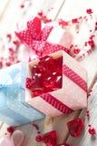 Coeurs rouges et boîte-cadeau colorés sur le fond en bois Photos libres de droits