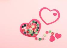 Coeurs rouges et boutons colorés Photographie stock