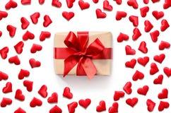 Coeurs rouges et cadeau d'isolement sur le fond blanc, l'espace de copie Photographie stock libre de droits