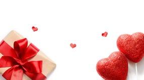 Coeurs rouges et cadeau d'isolement sur le fond blanc, l'espace de copie Photographie stock