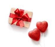 Coeurs rouges et cadeau d'isolement sur le fond blanc, l'espace de copie Images stock
