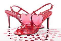 Coeurs rouges et chaussures rouges de haut talon au-dessus de blanc Photographie stock libre de droits