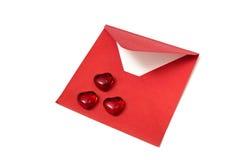 Coeurs rouges et enveloppe ouverte sur le fond blanc Photographie stock libre de droits