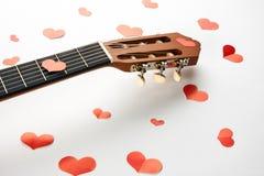 Coeurs rouges et guitare acoustique Photo libre de droits