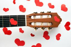 Coeurs rouges et guitare acoustique Photographie stock