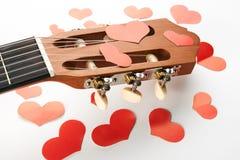 Coeurs rouges et guitare acoustique Photographie stock libre de droits