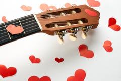 Coeurs rouges et guitare acoustique Image libre de droits