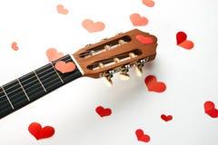 Coeurs rouges et guitare acoustique Images stock