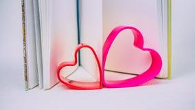 Coeurs rouges et lilas hilding la page d'un livre ouvert de journal intime Images stock