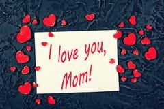 Coeurs rouges et page de papier blanche blanche sur un fond en pierre noir Jour du ` s de Valentine, jour du ` s de mère Je t'aim Photos stock