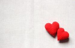 Coeurs rouges et roses d'amour sur les milieux blancs Images stock
